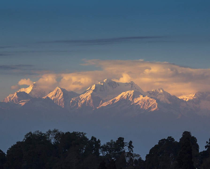 Darjeeling, the beautiful Hill Station of India, is one of the most serne and mesmerising place. Right from Nature to adventure, it has all for explorers. #darjeeling #northeastIndia #gangtok #sikkim #kanchenjunga #travelstories #travelbloggers #toytrain #hillstationinindia #riverrafting #sunrise